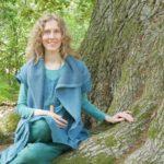 Sylvia Harke unter einer uralten Eiche, Bäume, Naturverbundenheit
