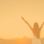 Frau Sonnenaufgang weite Arme, Blume des Lebens