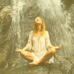 Frau-Wasserfall-meditierend