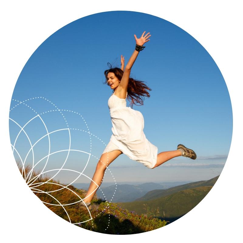 Glückliche Frau springt über Hügel