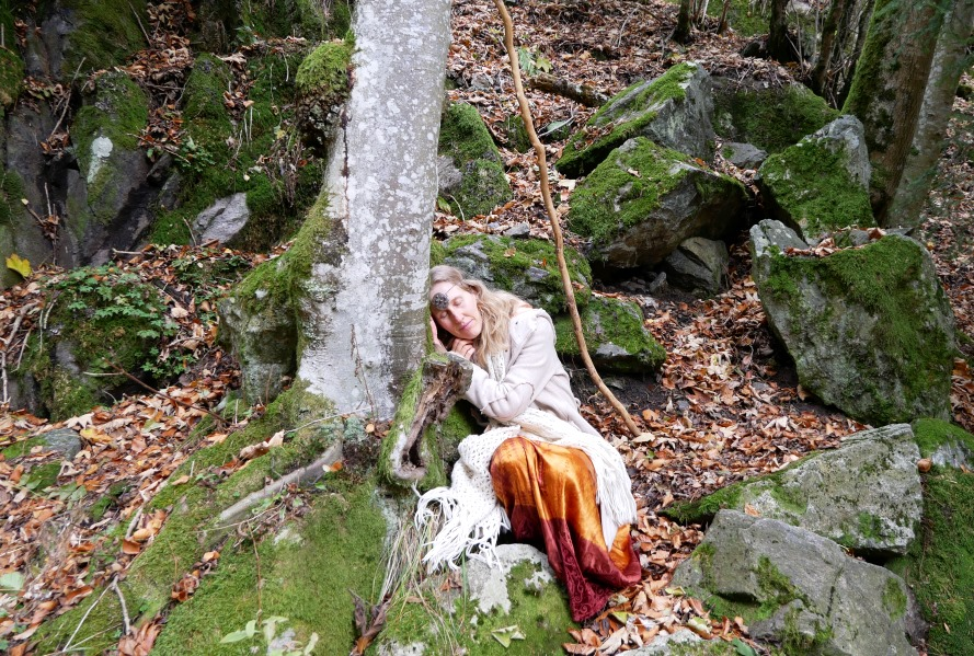 Frau schläft unter einem Baum in der Natur, Feen, Elfen