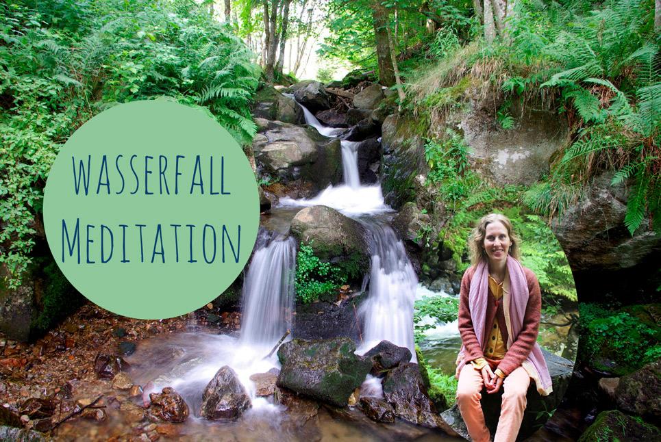 Meditation am magischen Wasserfall